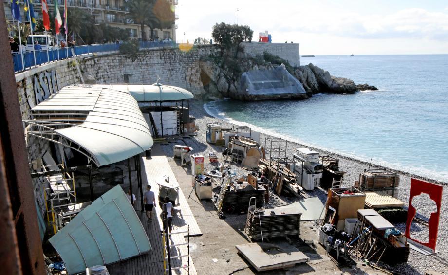 Phase de démontage de Castel plage, à la fin de l'été dernier. L'avenir s'annonce plus confortable avec l'obtention des Bains de la police, à l'arrière-plan, recouverts d'un grillage protecteur.