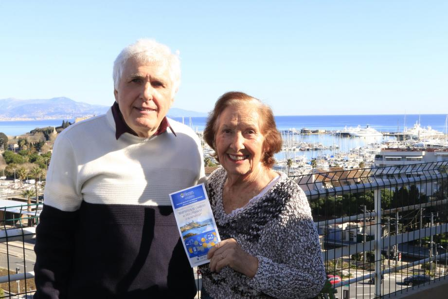 Monique Charbit, avec son fils, est très satisfaite du dispositif qui lui a permis d'adapter sa salle de bains pour zéro euro.