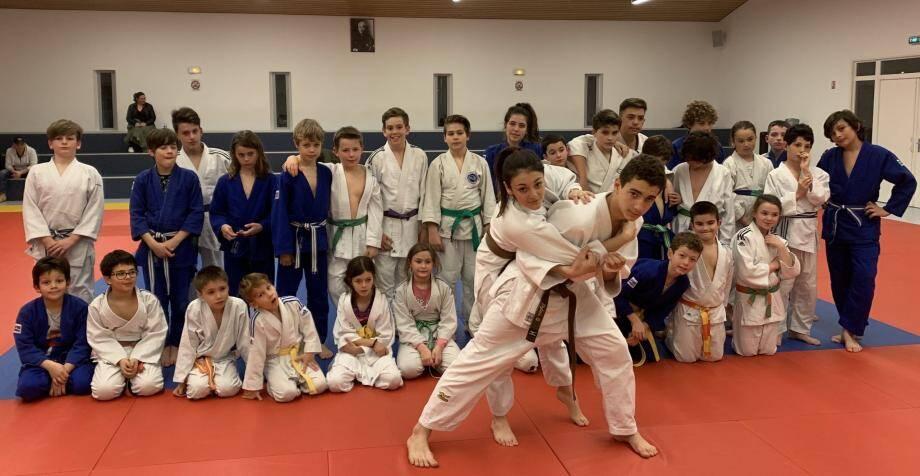 Démonstration des champions devant les plus jeunes judokas grimaudois.