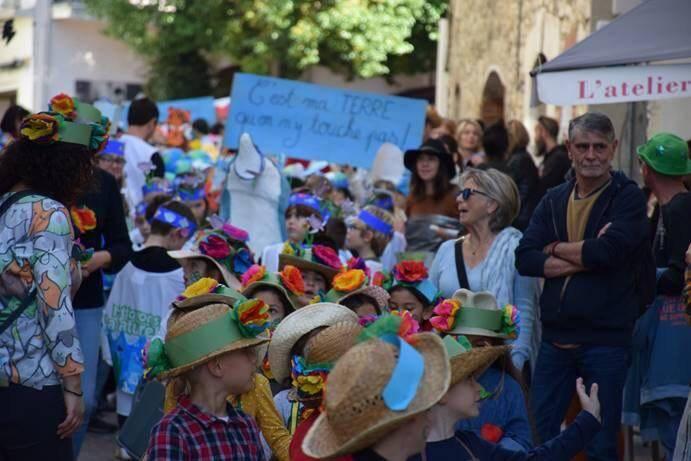 250 enfants se sont produits dans un défilé coloré en sillonnant les ruelles du village sur le thème « Sauvons notre belle Planète ».