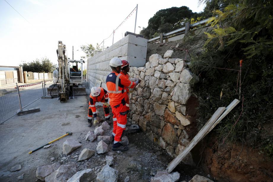 Après de longues semaines de chantier, le boulevard du Soleil (à hauteur du 52) devrait retrouver sa configuration normale, dans le quartier de la Croix-des-Gardes, à Cannes.