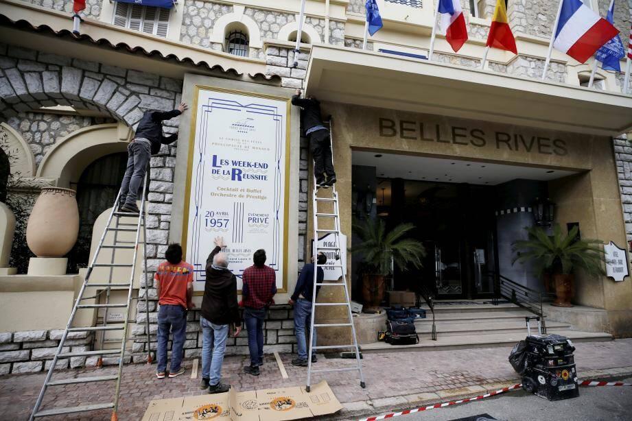 Depuis lundi, tout le monde peut voir ce panneau qui indique une soirée programmée à... Monaco le 20 avril 1957! On est pourtant bien à Juan-les-Pins et c'est bien la façade du Belles-Rives. La magie du cinéma...