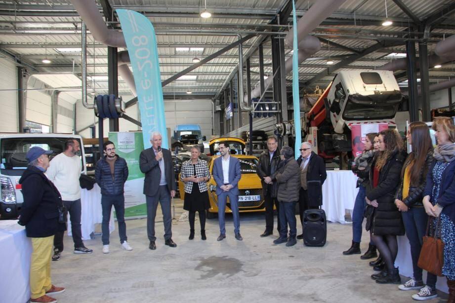 Le maire et les acteurs de l'entreprise de la Pointe-de-Contes lors de la remise en route officielle du garage Millo.