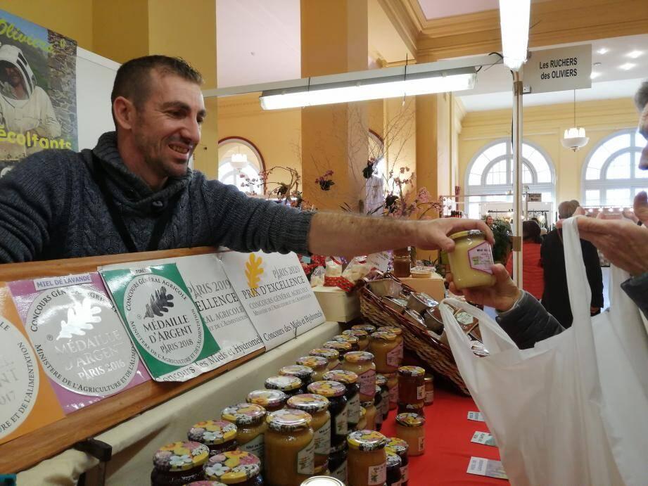 Depuis 25 ans, la famille Lavoriero de Sospel tient un stand au salon de l'Artisanat pour présenter ses miels, primés à 43 reprises.