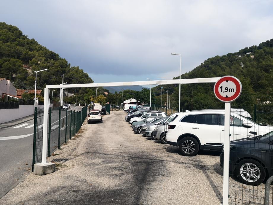 Le parking, rue de la Gare, sera prochainement équipé de bornes avec accès par badge magnétique.