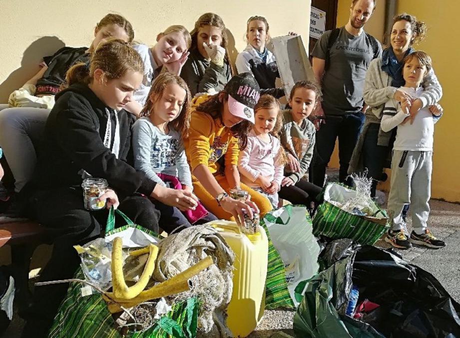 « Sauve ta planète », l'action initiée par trois jeunes collégiennes, a permis « d'enlever de la nature 3 sacs de déchets divers dans le village ». (DR)