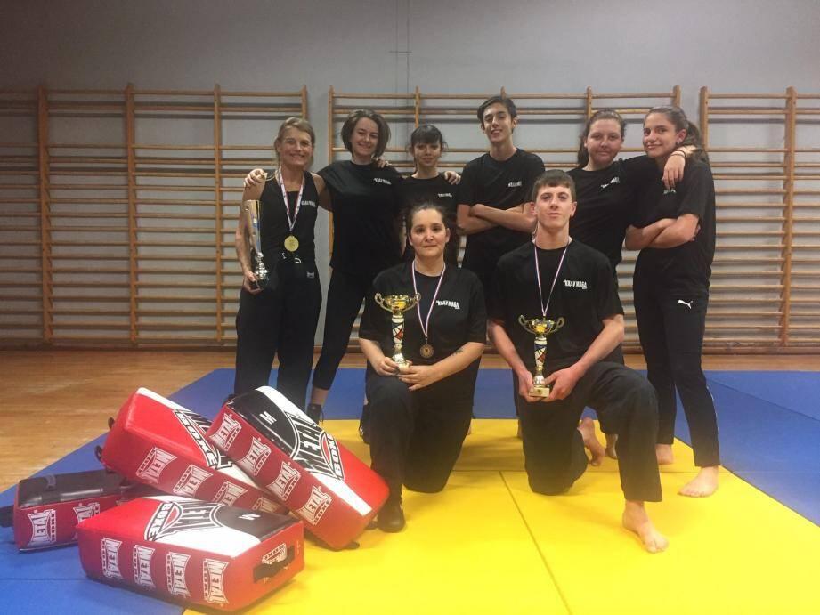 Au gymnase de Beaulieu : une partie des élèves de Muriel Dalmais et les médaillés Sabrina Boukoum et Léo Salmon avec coupes et médailles.