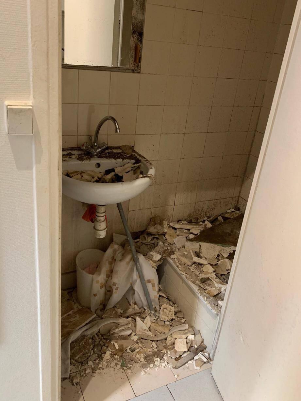 Le plafond de la salle de bains d'Asma Saoui s'est effondré à cause de l'humidité.