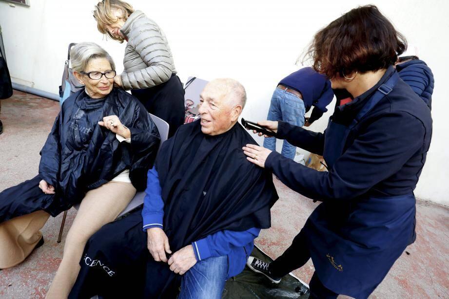 Photo montage avec des bénévoles : le salon a été installé dans la cour de l'association