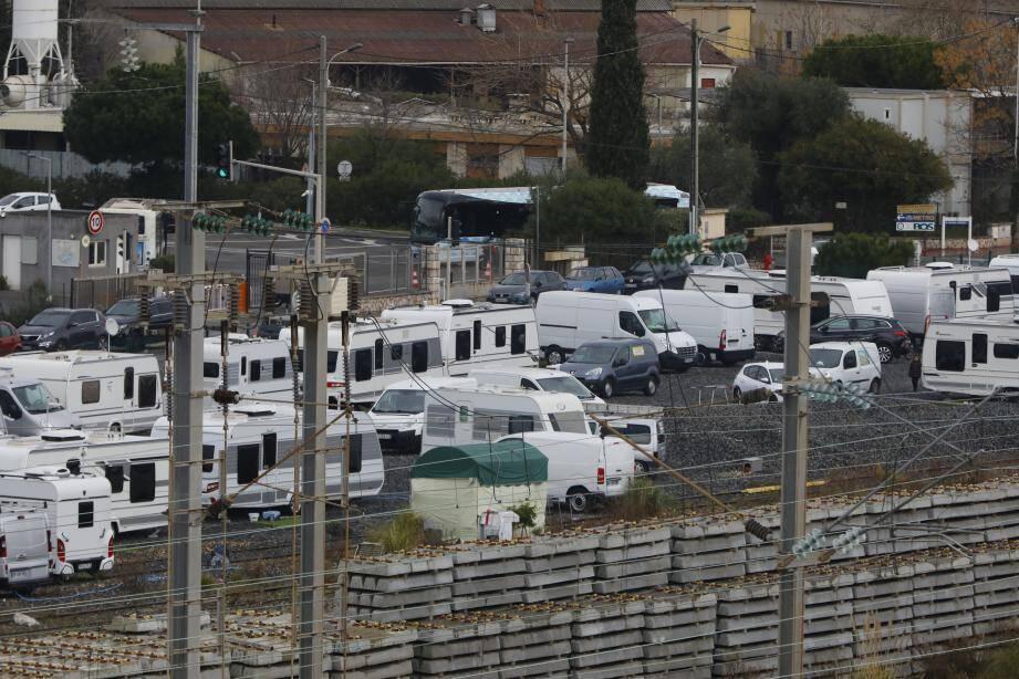 Près de 40 caravanes ont investi un terrain privé, à la frontière entre Cannes et Le Cannet, au pied des immeubles de la résidence La Croix du Sud.