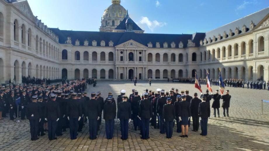 La cérémonie aux invalides s'est déroulée le 16 février dernier. Ci-dessous, en photo de gauche à droite, Nicolas Moulin président de l'ACSPMG, Gilles Bidaut, président des Etoiles bleues et Jean- Baptiste Gravin délégué des deux associations à Paris.