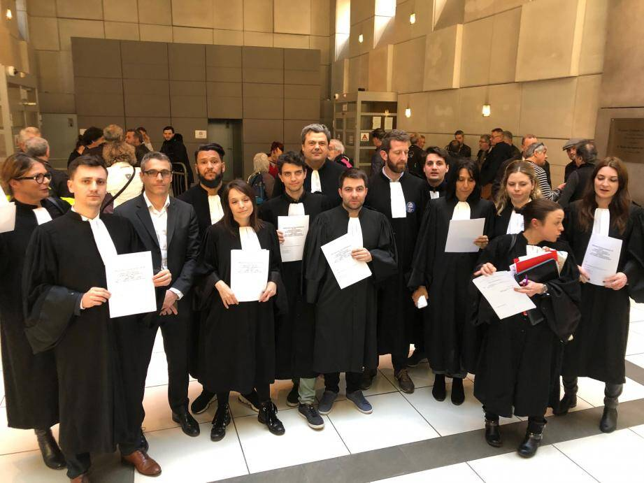 Hier après-midi au palais de justice, des avocats en grève, avec l'aval du bâtonnier, ont collectivement assuré la défense des prévenus en comparution immédiate