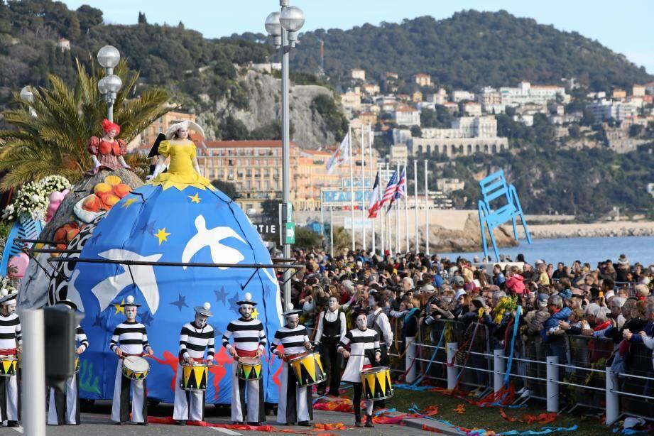 De jour, pour les batailles, comme de nuit pour les corsi, Carnaval attire un monde fou à chaque parade.