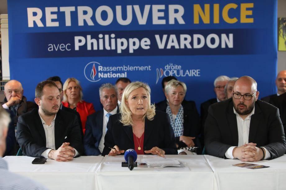 Marine Le Pen entourée par les candidats du RN aux municipales dans les Alpes-Maritimes.