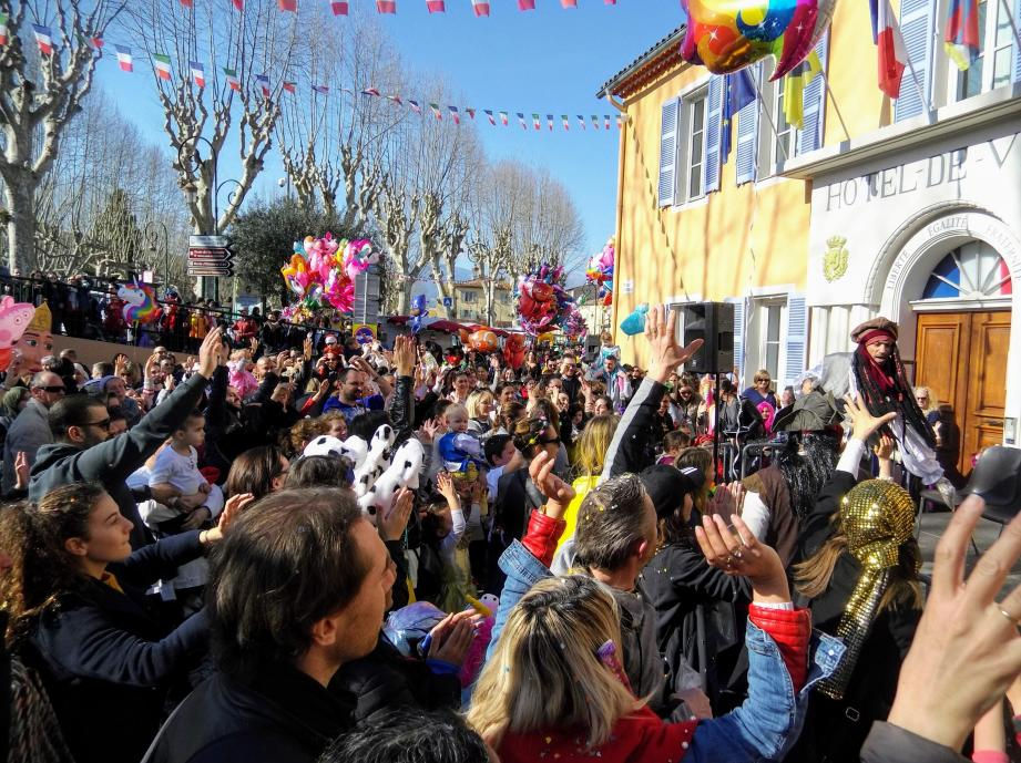 De la place de la République aux ruelles du village, une foule compacte et colorée à célébré carnaval.
