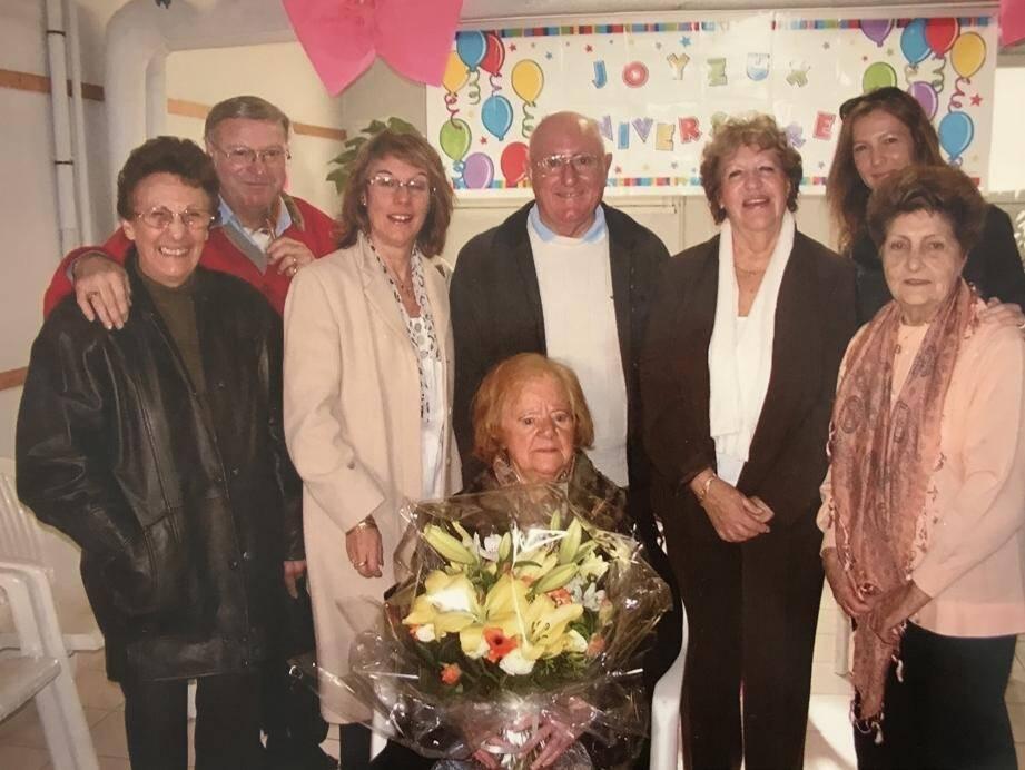 Sur cette photo, Olga célébrait ses 100 ans, entourée des siens.