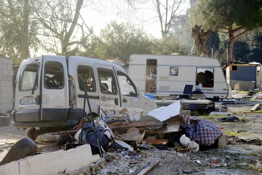 """Bidonville? Tsunami? Le camping Les Caraïbes dans le Val de Cagne a été abandonné par ses occupants. Depuis, c'est un """"no man's land"""" de carcasses et d'immondices."""