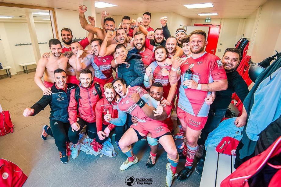 Dans ces mêmes vestiaires qui ont tremblé à la mi-temps, les Monégasques de Luciano Orquera (premier rang le plus à gauche) célèbrent une victoire de prestige contre le leader du championnat.