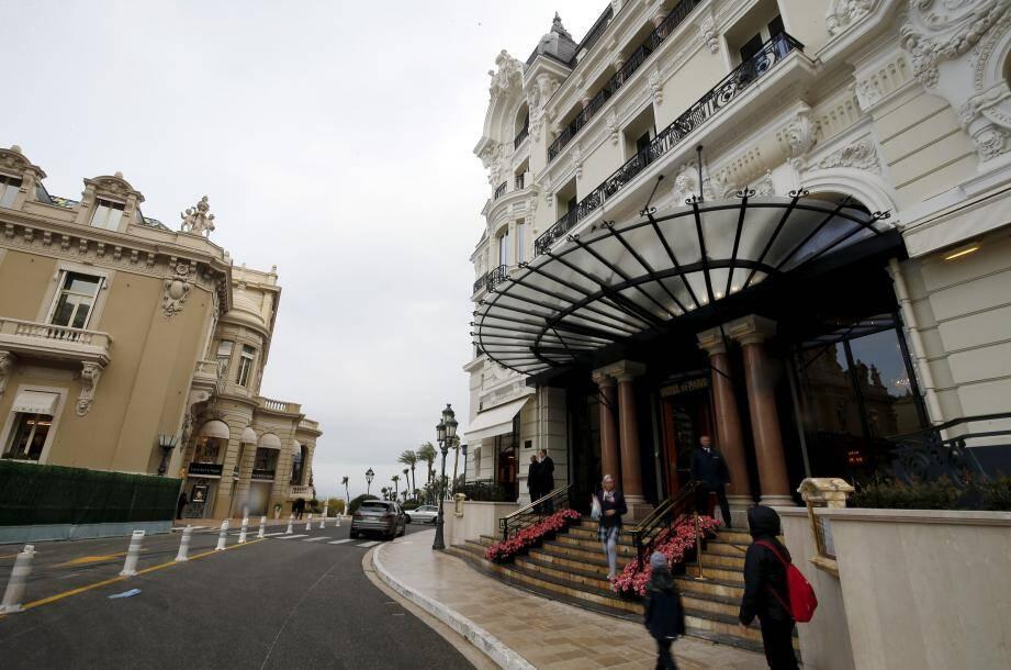 Aucune restriction particulière à l'entrée des établissements de la SBM, comme ici sur la place du Casino. Toutes les zones de contact sont désinfectées deux fois par jour.