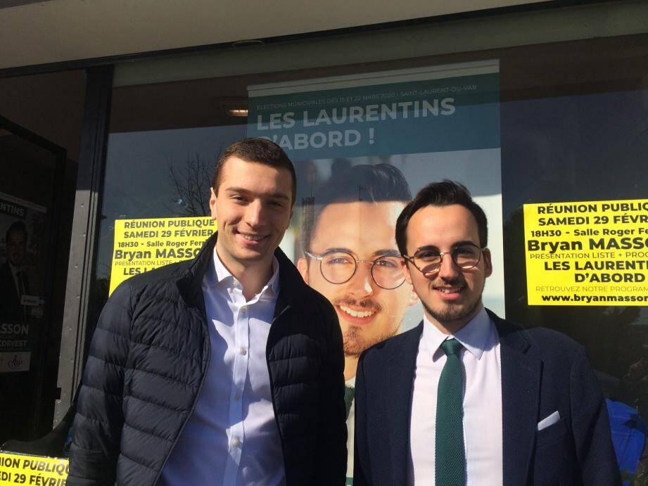 Jordan Bardella et Bryan Masson, les « jeunes loups » et figures montantes du parti de Marine Le Pen hier, devant la permanence électorale du parti à Saint-Laurent.