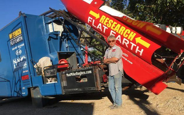 Mike Hughes en 2017 dans le désert Mojaves avait déjà tenté de démontrer que la terre était plate.