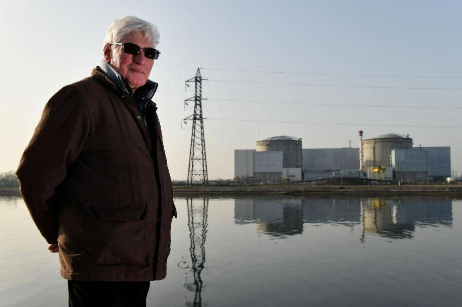 Un ancien employé de la centrale nucléaire de Fessenheim Jean-Marie Rohe, devant le bâtiment, le 24 janvier 2020.