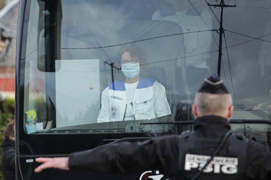 """Un bus avec 34 Français rapatriés de Wuhan arrive au village de vacances """"Normandy Garden"""" le 21 février 2020 à Branville en Normandie"""