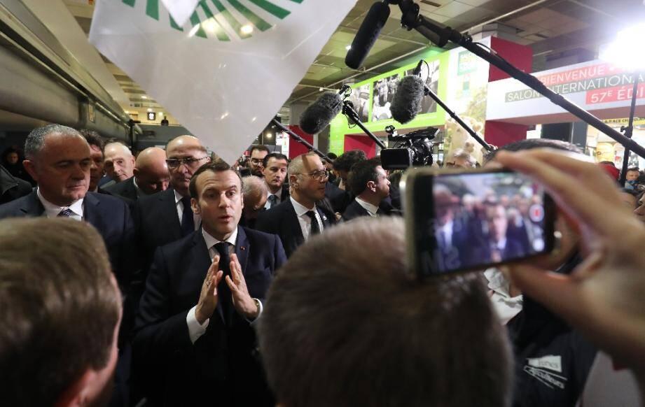 Le président Emmanuel Macron (c) parle avec des membres de la FNSEA lors de sa visite au Salon de l'agriculture, le 22 février 2020 à la Porte de Versailles, à Paris