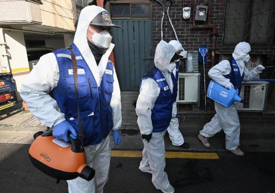 Les rues de Séoul désinfectées le 24 février 2020 pour tenter d'empêcher la propagation du nouveau coronavirus