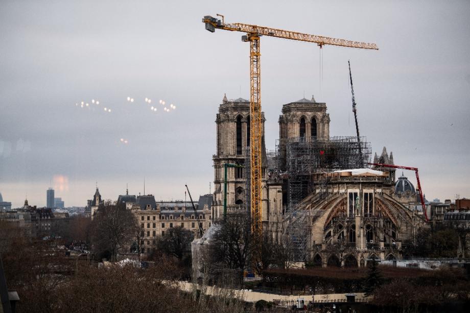 Une grue au-dessus de Notre-Dame de Paris, le 8 janvier 2020, lors des travaux de restauration après un incendie en avril 2019