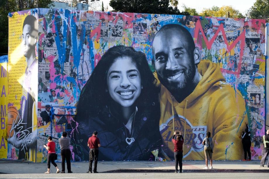 La défunte star du basket Kobe Bryant et sa fille Gianna, morts le 26 janvier 2020 dans un accident d'hélicoptère, représentés sur une fresque murale peinte par l'artiste français Mr. Brainwash à Los Angeles.