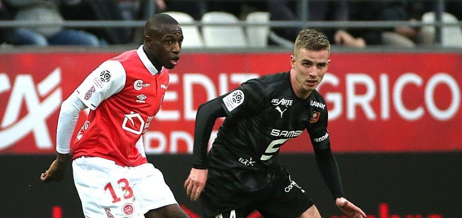 Reims Hassane Kamara (g) devant le milieu de Rennes Benjamin Bourigeaud, le 16 février 2020 à Reims.