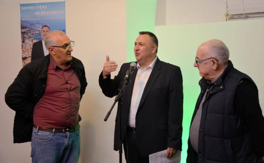 Stéphane Manfredi (au milieu) entouré de deux soutiens politiques : Lucien Prieto, élu d'opposition, et Lucien Bella, adjoint à l'environnement de Spinelli qui a tout récemment claqué la porte de la majorité municipale