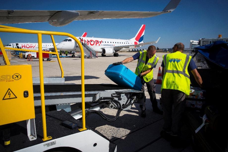 Un appareil de la compagnie Hop! stationné sur le tarmac à l'aéroport de Roissy-Charles de Gaulle le 6 août 2018