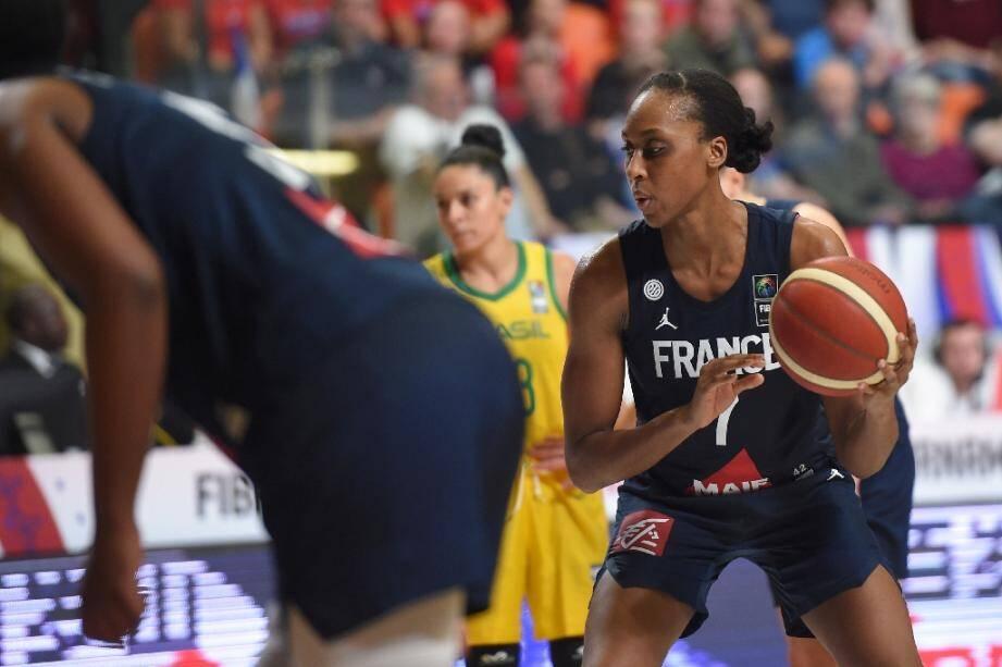 La Française Sandrine Gruda contre le Brésil lors du Tournoi de qualification olympique de Bourges, le 8 février 2020.
