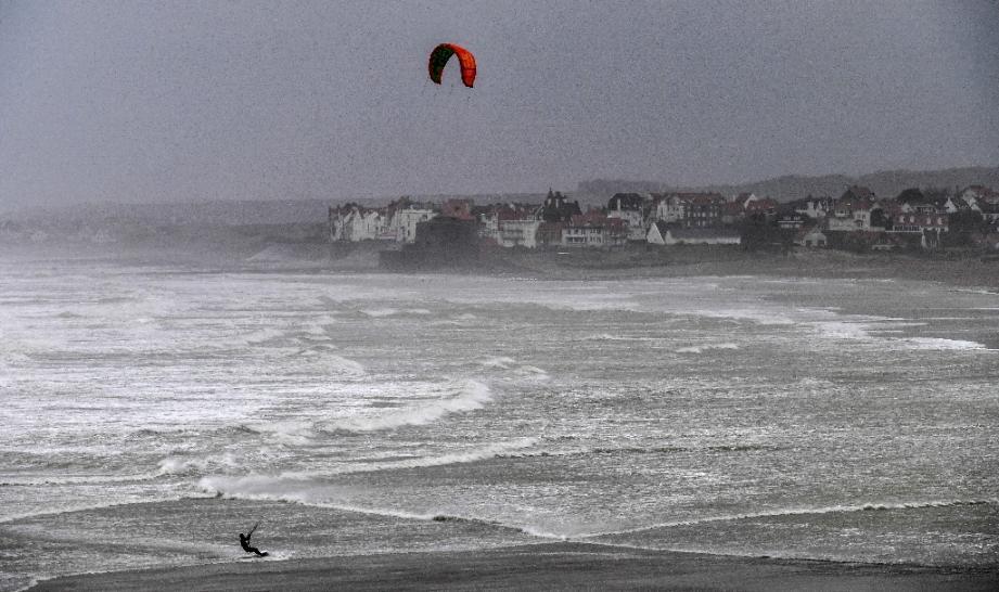 Un kite-surfer dans la baie de Wissant, dans le Pas-de-Calais, en pleine tempête Ciara le 9 février 2020