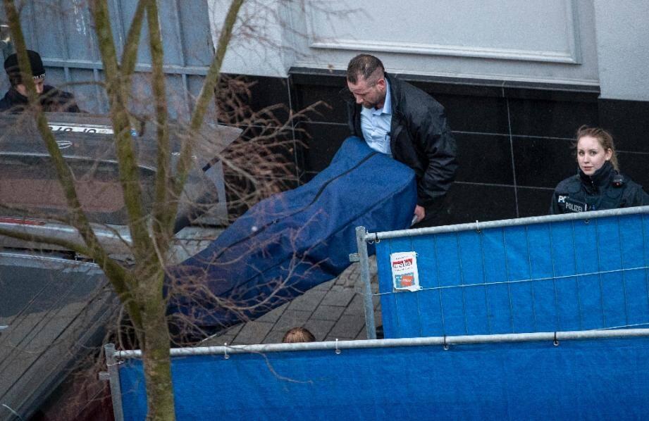 Le corps d'une victime est transporté le 20 février 2020 au lendemain de la fusillade dans des bars à chicha de Hanau