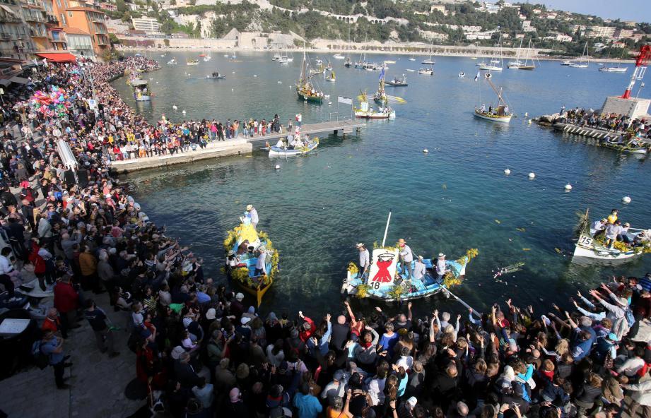 Le combat naval fleuri de Villefranche-sur-Mer a encore attiré des milliers de personnes ce lundi.