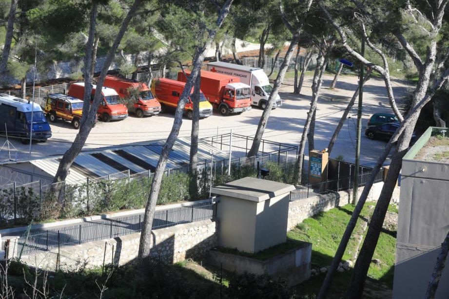Des véhicules de secours près du centre de confinement à Carry-le-Rouet.
