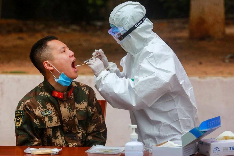 Un membre de personnel médical effectue des prélèvements sur des membres de la police militaire chinoise, à Shenzhen en Chine le 11 février 2020.