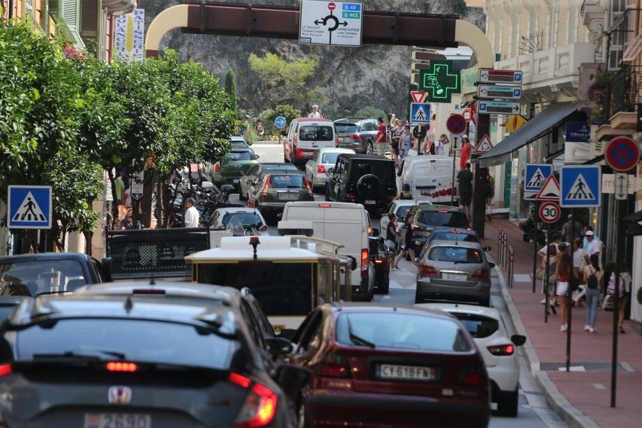 La marche à pied reste le principal mode de déplacement à Monaco.