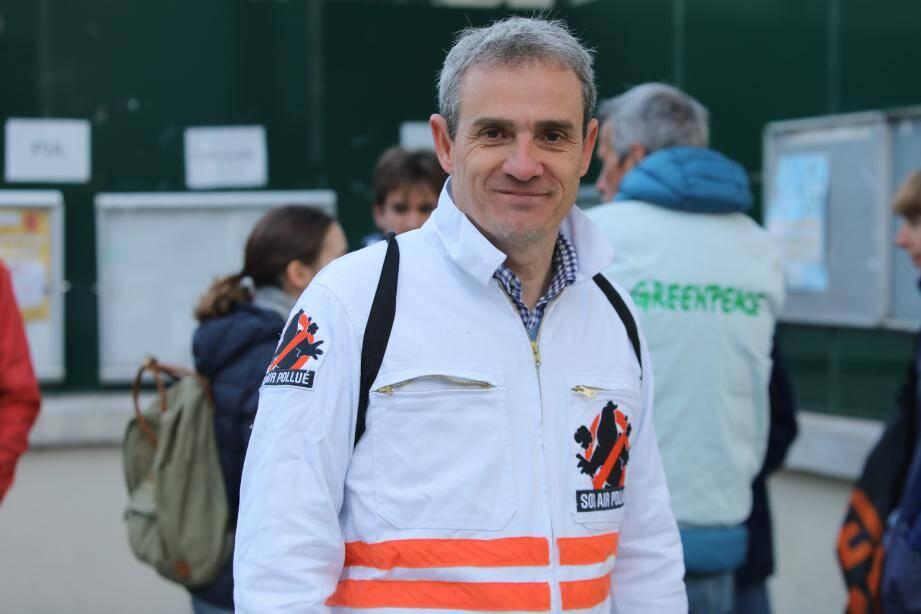 Un militant de Greenpeace aux Moulins ce lundi matin.