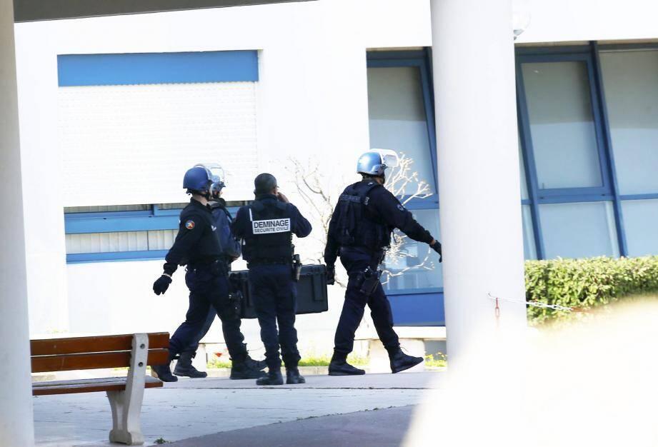 Des policiers sur les lieux de la fusillade à Grasse.