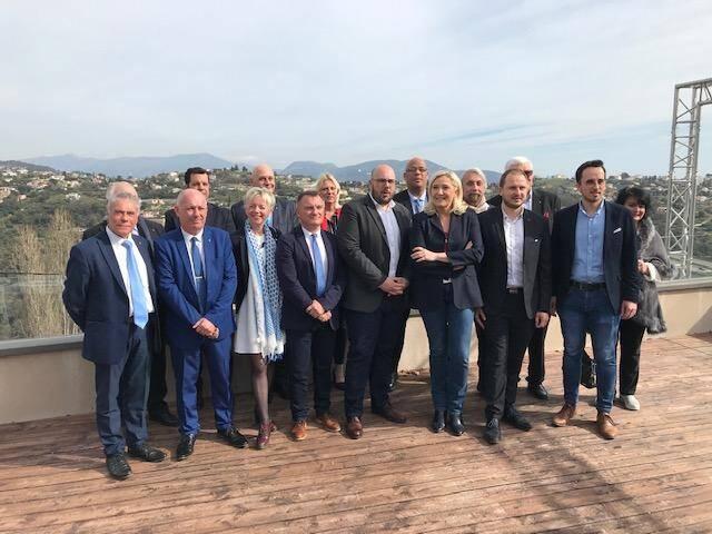 Marine Le Pen à Saint-Antoine-Ginestière, entourée par les candidats du RN aux municipales dans les Alpes-Maritimes.