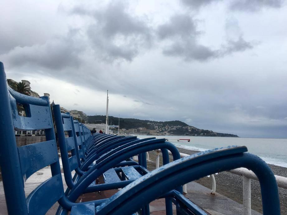 Nuages et pluie sur la Côte d'Azur. Ici la promenade des Anglais à Nice.