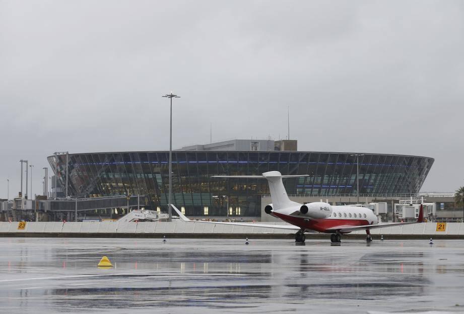 Le Terminal 2 vu depuis la piste.