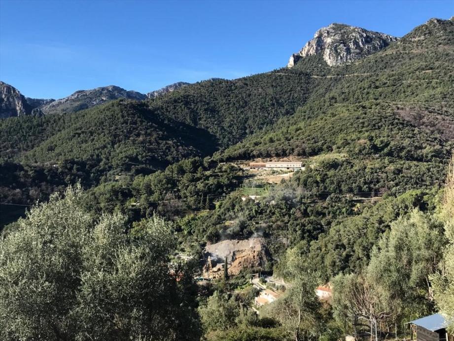La RD 2566 qui dessert le haut pays mentonnais est actuellement impraticable à cause d'un éboulement important au niveau du hameau de Monti.