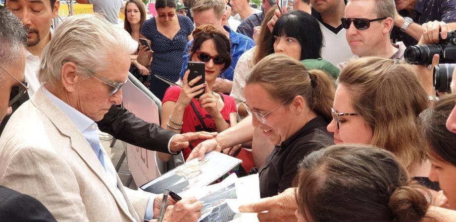 Michael Douglas auprès de ses fans, en juin 2019, devant le Grimaldi Forum.
