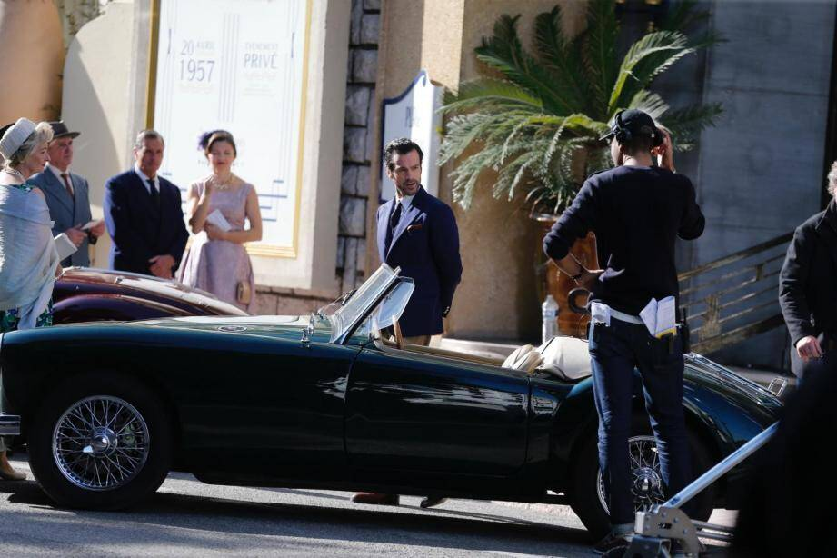 Romain Duris a été vu en costume bleu, dans une scène du film où il monte les marches du palace.