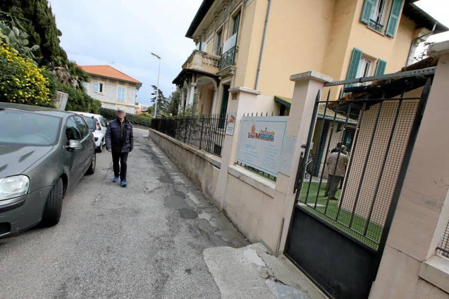 Le portail de cette crèche privée de Nice était défectueux. Une protection a été installée lundi matin.